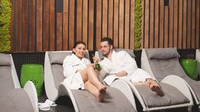 Ακριβώς το παντρεμένο ζευγάρι απολαμβάνει τις επεξεργασίες wellness SPA στο εσωτερικό απόθεμα βίντεο