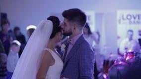 Ακριβώς το παντρεμένο ζευγάρι χορεύει στη δεξίωση γάμου απόθεμα βίντεο
