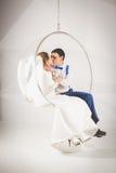 Ακριβώς φίλημα παντρεμένων ζευγαριών στην πλαστική καρέκλα φυσαλίδων Στοκ φωτογραφία με δικαίωμα ελεύθερης χρήσης