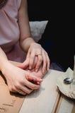 Ακριβώς χέρια λαβής παντρεμένων ζευγαριών και παρουσίαση γαμήλιου δαχτυλιδιού στον καφέ στοκ φωτογραφία με δικαίωμα ελεύθερης χρήσης
