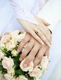 Ακριβώς χέρια παντρεμένων ζευγαριών Στοκ Εικόνα