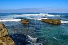 Ακριβώς ωκεάνιος, βράχοι, και λιοντάρια θάλασσας Στοκ Φωτογραφίες