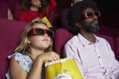 Ακροατήριο στον κινηματογράφο που φορά τα τρισδιάστατα γυαλιά που προσέχουν την ταινία κωμωδίας Στοκ Εικόνες