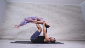 ακροβατική γιόγκα Νέοι γυναίκα και άνδρας που εκτελούν τις ασκήσεις Ο συνδυασμός acrobatics και γιόγκας Στοκ εικόνα με δικαίωμα ελεύθερης χρήσης