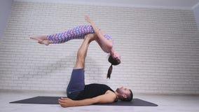 ακροβατική γιόγκα Νέοι γυναίκα και άνδρας που εκτελούν τις ασκήσεις Ο συνδυασμός acrobatics και γιόγκας Στοκ Εικόνα