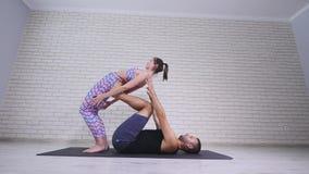 ακροβατική γιόγκα Νέοι γυναίκα και άνδρας που εκτελούν τις ασκήσεις Ο συνδυασμός acrobatics και γιόγκας Στοκ φωτογραφία με δικαίωμα ελεύθερης χρήσης