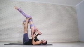 ακροβατική γιόγκα Νέοι γυναίκα και άνδρας που εκτελούν τις ασκήσεις Ο συνδυασμός acrobatics και γιόγκας Στοκ Φωτογραφία