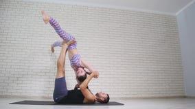 ακροβατική γιόγκα Νέοι γυναίκα και άνδρας που εκτελούν τις ασκήσεις Ο συνδυασμός acrobatics και γιόγκας Στοκ Φωτογραφίες