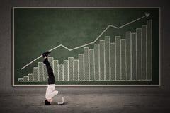 Ακροβατική κίνηση επιχειρηματιών στο ιστόγραμμα κέρδους Στοκ Εικόνες