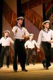 Ακροβατικός παλαιός παραδοσιακός εθνικός ρωσικός χορός Yablochko ναυτικών Στοκ Εικόνες