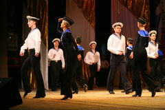Ακροβατικός παλαιός παραδοσιακός εθνικός ρωσικός χορός Yablochko ναυτικών Στοκ εικόνες με δικαίωμα ελεύθερης χρήσης