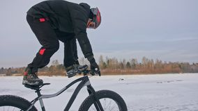 ακροβατικό τέχνασμα Στάση στο κάθισμα ποδηλάτων ενώ το ποδήλατο είναι στο γύρο Επαγγελματικό ακραίο παχύ ποδήλατο στάσεων ποδηλατ απόθεμα βίντεο