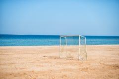 Ακροθαλασσιά με την πύλη ποδοσφαίρου με καθαρό στην άμμο Στοκ φωτογραφία με δικαίωμα ελεύθερης χρήσης