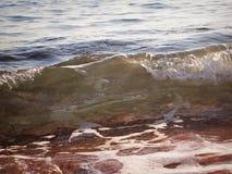 Ακροθαλασσιά, μικροί κυματωγή κυμάτων και αφρός θάλασσας Στοκ Φωτογραφία