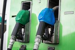 Ακροφύσια αντλιών αερίου στο σταθμό Στοκ Φωτογραφία