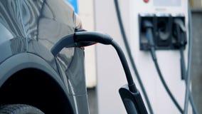 Ακροφύσιο απαλλαγής που συνδέεται με ένα αυτοκίνητο ηλεκτρικός-μπαταριών απόθεμα βίντεο