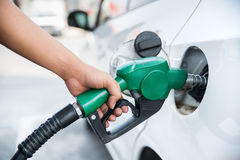 Ακροφύσιο καυσίμων λαβών για να ανεφοδιάσει σε καύσιμα το αυτοκίνητο Στοκ Φωτογραφίες