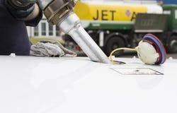 Ακροφύσιο καυσίμων που γεμίζει επάνω τα αεροσκάφη Στοκ φωτογραφία με δικαίωμα ελεύθερης χρήσης