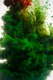 Ακρυλικά χρώματα και μελάνι στο νερό αφηρημένο πλαίσιο ανασκόπησης Απομονωμένος στο λευκό Στοκ Εικόνες