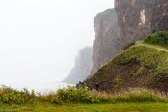 Ακρωτήριο Δ ` ή απότομοι βράχοι μια ομιχλώδη ημέρα στοκ εικόνες