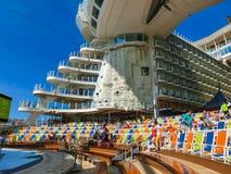 Ακρωτήριο Κανάβεραλ, ΗΠΑ - 29 Απριλίου 2018: Ο θαλάσσιος περίπατος, αμφιθέατρο θεάτρων Aqua στο σκάφος της γραμμής κρουαζιέρας ή  στοκ φωτογραφίες με δικαίωμα ελεύθερης χρήσης