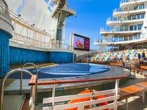Ακρωτήριο Κανάβεραλ, ΗΠΑ - 29 Απριλίου 2018: Ο θαλάσσιος περίπατος, αμφιθέατρο θεάτρων Aqua στο σκάφος της γραμμής κρουαζιέρας ή  στοκ φωτογραφία με δικαίωμα ελεύθερης χρήσης
