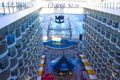 Ακρωτήριο Κανάβεραλ, ΗΠΑ - 4 Μαΐου 2018: Ο θαλάσσιος περίπατος, αμφιθέατρο θεάτρων Aqua στο σκάφος της γραμμής κρουαζιέρας ή όαση στοκ εικόνα με δικαίωμα ελεύθερης χρήσης