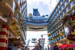 Ακρωτήριο Κανάβεραλ, ΗΠΑ - 4 Μαΐου 2018: Ο θαλάσσιος περίπατος, αμφιθέατρο θεάτρων Aqua στο σκάφος της γραμμής κρουαζιέρας ή όαση στοκ φωτογραφίες
