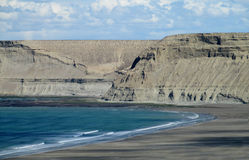 Ακρωτήριο με τους γκρίζους απότομους βράχους στον ωκεανό στοκ εικόνες