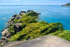 Ακρωτήριο με το βράχο και τα δέντρα Στοκ Εικόνες