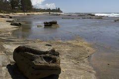 Ακρωτήριο σε Caloundra με τα rockpools που εκτίθενται Στοκ Φωτογραφίες