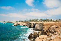 Ακρωτήριο Greco Απόψεις των σπηλιών θάλασσας και των απότομων βράχων του ακρωτηρίου Greco Κύπρος Στοκ Εικόνες