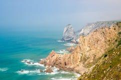Ακρωτήριο Roca με τους αιχμηρούς βράχους και τους απότομους βράχους του Ατλαντικού Ωκεανού, Πορτογαλία στοκ εικόνα