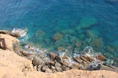 Ακρωτήριο Sounion του νότιου μέρους της ηπειρωτικής χώρας Ελλάδα 06 20 2014 Θαλάσσιο τοπίο και τοπίο της βλάστησης ερήμων Στοκ Εικόνες
