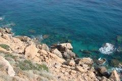 Ακρωτήριο Sounion του νότιου μέρους της ηπειρωτικής χώρας Ελλάδα 06 20 2014 Θαλάσσιο τοπίο και τοπίο της βλάστησης ερήμων Στοκ εικόνα με δικαίωμα ελεύθερης χρήσης