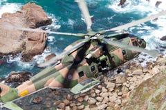 ΑΚΡΩΤΗΡΙΟ CABO DA ROCA, ΠΟΡΤΟΓΑΛΊΑ - 30 ΙΟΥΛΊΟΥ: Το στρατιωτικό ελικόπτερο παίρνει Στοκ εικόνα με δικαίωμα ελεύθερης χρήσης