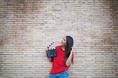 Ακρόαση ηθοποιών υπαίθρια με το clapperboard στοκ φωτογραφία