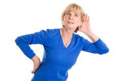 Ακρόαση ηλικιωμένων γυναικών που απομονώνεται στο άσπρο υπόβαθρο στοκ εικόνα