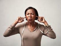Ακρόαση μαύρων γυναικών τίποτα στοκ φωτογραφία με δικαίωμα ελεύθερης χρήσης