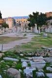 ακρόπολη αγορών ρωμαϊκή s της Αθήνας στενή hadrian πλευρά βιβλιοθηκών στην όψη Στοκ Εικόνες
