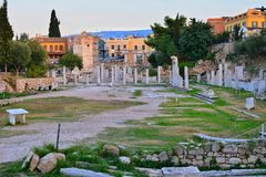 ακρόπολη αγορών ρωμαϊκή s της Αθήνας στενή hadrian πλευρά βιβλιοθηκών στην όψη Στοκ φωτογραφία με δικαίωμα ελεύθερης χρήσης