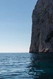 Ακτή, βράχοι και απότομοι βράχοι της Σαρδηνίας κοντά στη θάλασσα, Ιταλία Στοκ Φωτογραφία