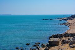 Ακτή, βράχοι, μπλε νερό, Κασπία Θάλασσα Στοκ Εικόνες