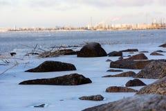 Ακτή, βράχοι στην ακτή που καλύπτεται με το χιόνι, Κόλπος της Φινλανδίας, Sa στοκ φωτογραφία