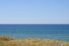 Ακτή Βόρεια Θαλασσών με τις μακριές χλόες στοκ φωτογραφία με δικαίωμα ελεύθερης χρήσης