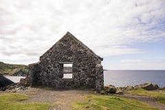 Ακτή εκβολών Moray που αντιμετωπίζεται μέσω του τοίχου της καταστροφής Στοκ Φωτογραφία