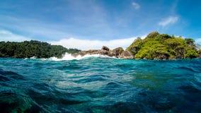 Ακτή ενός μικρού μόνου τροπικού νησιού στον ωκεανό στοκ εικόνα