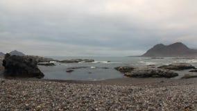 Ακτή ερήμων και κύματα του αρκτικού ωκεανού στο υπόβαθρο των βουνών Svalbard απόθεμα βίντεο