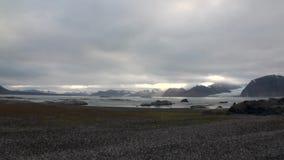 Ακτή ερήμων και κύματα του αρκτικού ωκεανού στο υπόβαθρο των βουνών Svalbard φιλμ μικρού μήκους