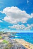 Ακτή κάτω από τα σύννεφα Στοκ εικόνες με δικαίωμα ελεύθερης χρήσης